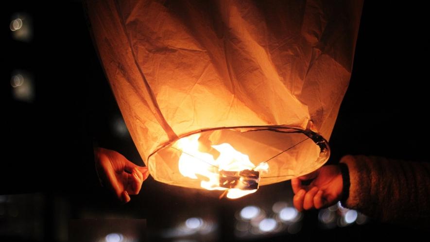 【スカイランタン】冬季期間限定で毎夜開催!美しく幻想的な光景をぜひご覧ください。