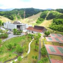 【外観】豊かな自然に囲まれたホテル。敷地内にはテニスコートやグラウンドなど屋外施設も充実。