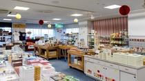【売店】郷土の銘菓や民芸品、津南で採れる旬菜も販売しております。