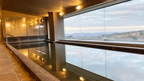 【<東館>展望露天温泉(7F)】ゲレンデ側の「大浴場」。男湯女湯が、駐