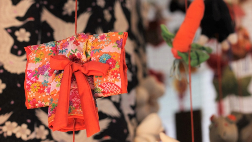 【つるし雛】「雪国越後三大つるし雛」の一つで、鶴の恩返しがテーマ。フロント前に飾られています。