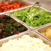 【朝食】<バイキング>サラダコーナーにはお野菜のほか、野菜に合う付け合せメニューもラインナップ!