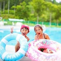 【屋外プール(夏季限定)】夏の日差しの下で遊ぼう!屋外のみビーチボール&大型うきわも使えます。