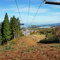【夏山リフト・スカイウォーカー】秋になると、黄色や赤に色づいた山々の紅葉をご覧いただけます。
