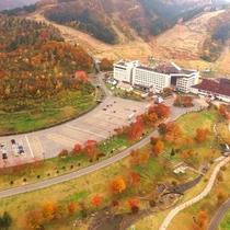 【外観<秋>】秋になると、周辺の山々がいっせいに紅葉を迎えます。≪見頃:10月中旬~11月上旬≫