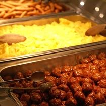 【朝食】<バイキング>スクランブルエッグ、ウィンナーなど、人気の洋食メニューが並びます。