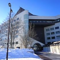 【外観<冬>】スキー場のほか、ボウリングなど室内設備も充実!冬もファミリー人気が高いホテルです。