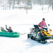 *【スノーラフティング】ラフティングボートに乗って雪上をクルーズ!大迫力のアトラクションです。