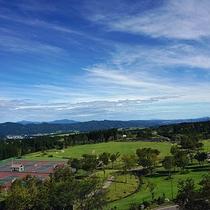 【ホテルからの眺め】天気の良い日は、遠くの山々や津南町を望むことができます。