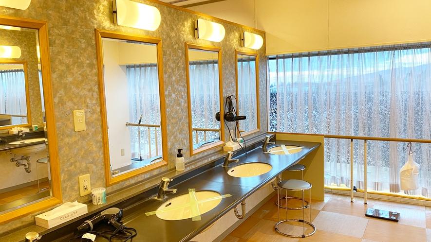 【<東館>展望露天温泉(7F)】脱衣所にはドライヤー、化粧水、ヘアトニックなどが備わっています。