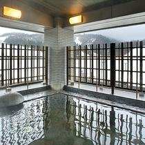 【<東館>展望露天温泉(7F)】ゲレンデ側の「展望露天風呂」。スキー場や山々を一望できます。