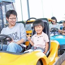 【ゴーカート】車は2種類。身長140cm以上なら一人で乗れるので、お子様も楽しめます。