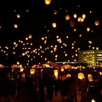 【スカイランタン】冬季限定で毎日開催。夜空に舞い上がる灯りの、幻想的な光景をご覧ください。