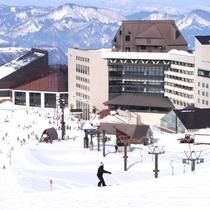 【外観<冬>】ホテルはゲレンデ直結!徒歩0分でスキー場に出ることができます。