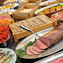 【夕食】<バイキング>ローストビーフ、刺身、蕎麦ほか、約50種類の和洋中バイキング。