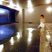 【<東館>展望露天温泉(7F)】ゲレンデ側の「大浴場」。男湯女湯が、駐車場側と一日毎に入替わります