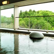 【<東館>展望露天温泉(7F)】ゲレンデ側の「展望露天風呂」。自然を身近に感じながら入れます。