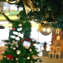 【クリスマス】11月半ば頃から、ロビーには大きなクリスマスツリーが飾られます。