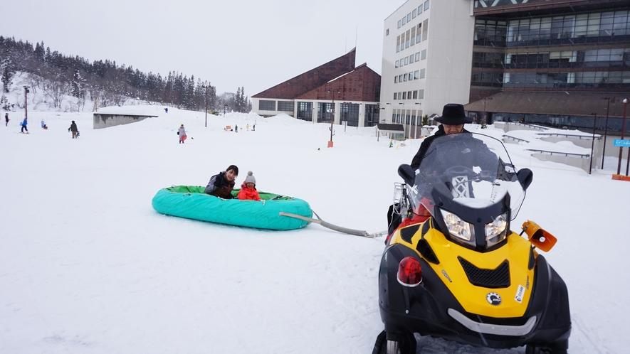 【スノーラフティング】ラフティングボートに乗って雪上をクルーズ!大迫力のアトラクションです。
