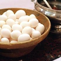 【朝食】<バイキング>温泉たまごは、横の特製つゆをかけてお召し上がりください。