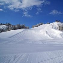 【スキー場】<ゲレンデ>コース幅が150mと広く、のびのび滑れると人気!サザンクロスAコース。