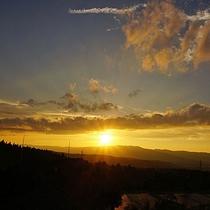 【ホテル周辺(夏)】7月の夕日。日が沈むと、日中よりも幾分涼しさを感じるようになります。