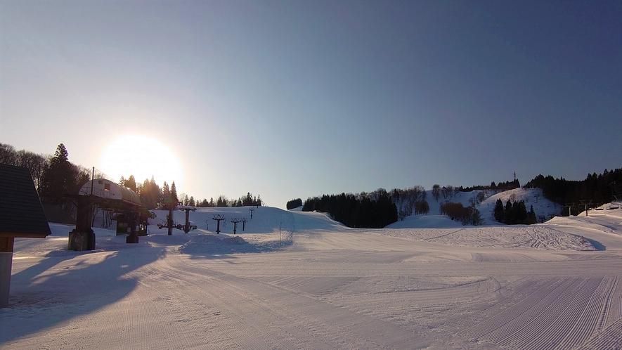 【ホテル周辺(冬)】夕日のオレンジ色がうっすら雪面に映りこんでいく、冬の夕焼け。