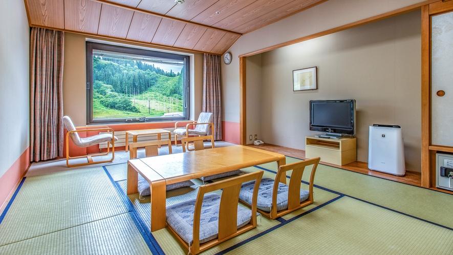 【<東館>和室10畳】お部屋により眺望が分かれますが、山に囲まれているのでどちらも自然を臨めます。