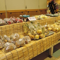*【物産コーナー】フロント前にて地元野菜も販売中♪新鮮なので、お客様に人気なんですよ☆