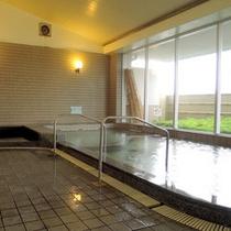 *【大浴場】大きな窓が開放的♪窓美肌の湯として人気のとろみのあるお湯をお愉しみ下さい。