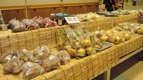 *【売店】地元生産者が毎日持ってくる新鮮野菜や特産品・加工品などを取り揃えています。