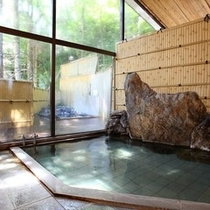 ■【女湯内風呂】緑の季節。お風呂からの景色もお楽しみください。