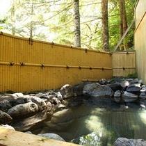 ■【女湯露天風呂】緑の中でゆったりお風呂をお楽しみください。