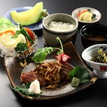 ■【信州牛ステーキ御膳】ミディアムレアの絶妙な焼き加減です。