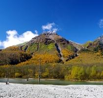 ■【秋の上高地】山のグラデーションがきれいです