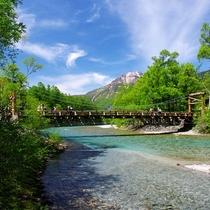 ■【春の上高地】河童橋。新緑の季節。