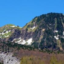 ■【秋の上高地】所々に雪が残る山々
