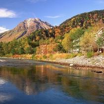 ■【秋の上高地】様々な木々の色がきれいです
