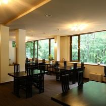 ■1F【レストラン】大きな窓からは、自然の光が差し込みます。