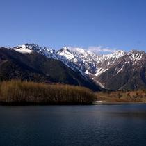 ■【秋の上高地】池と、遠くに見える山々が美しい