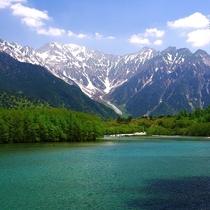 ■【春の上高地】雪が残る山の景色と青い水のコントラストがすばらしい!