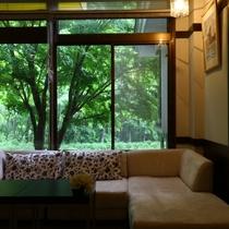 【ロビー】窓からの景色をお楽しみください