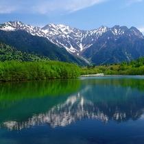 ■【春の上高地】水面に映る山の景色は見事です