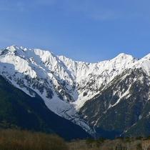 ■【秋の上高地】雪をかぶった穂高連峰