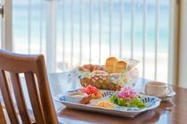 海を眺めながらの優雅な朝食