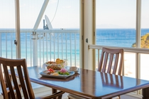 海を眺めながら優雅な朝食