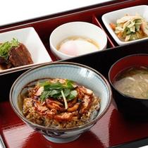 ■ご朝食:日替わり丼(鰻ごはん)■人気のうなぎを丼で。温泉たまごとお吸い物付きで朝の活力を!