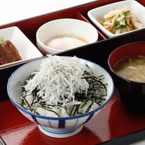 ■ご朝食:日替わり丼(しらすごはん)■静岡で有名なしらす。海苔とのコラボが絶妙です。