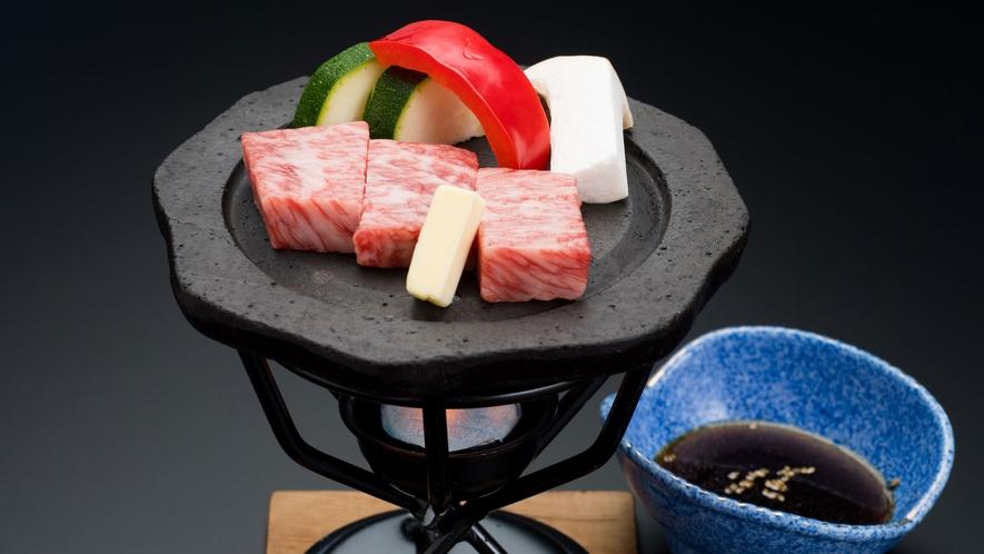 じっくり焼き上げる石焼ステーキは、脂が多すぎず少なすぎない当館の自慢の一品
