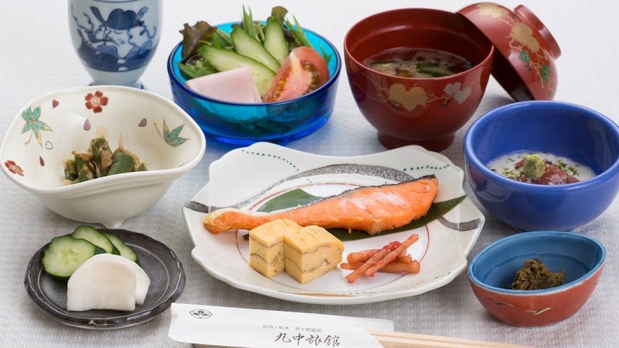 ご朝食には地元の食材を使用した和定食をどうぞ
